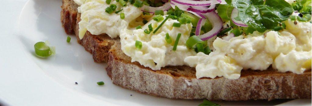vajíčkový salát se šunkou a sýrem